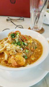 ミー・バンドゥン(Mee Bandung)。魚介など具だくさんの麺料理。スパイスのきいたグレービーソースは、辛さひかえめ。ほんのり甘みもあり、日本人の舌にもよく合う。