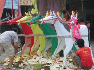 華人の伝統行事のたびに紙銭を燃やす光景(写真:TANJC)
